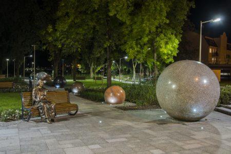Pomnik Kopernika i model Układu Słonecznego