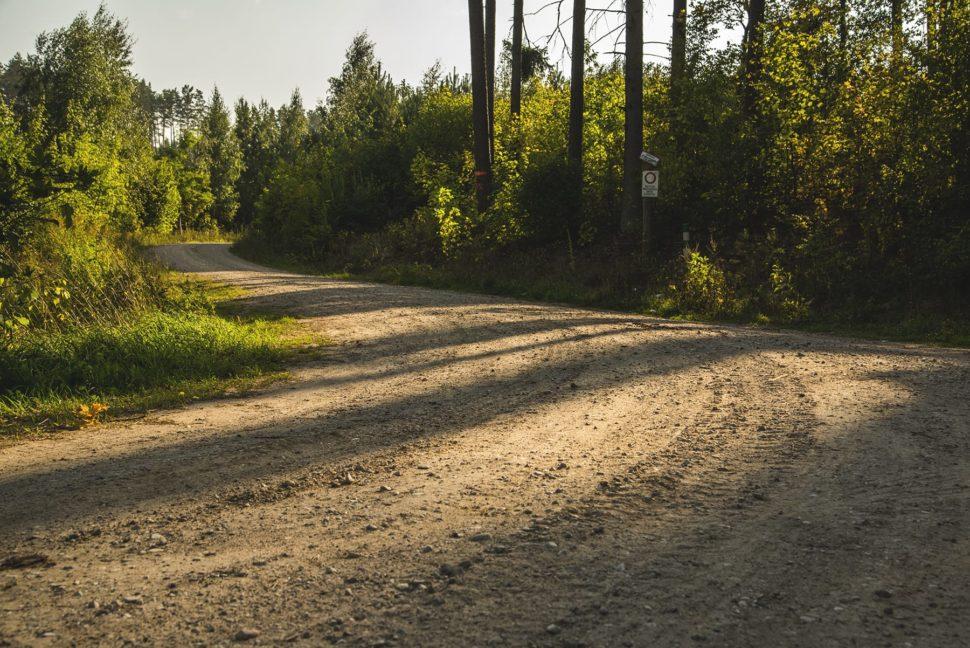 Szutrowa droga przez poligon w Orzyszu